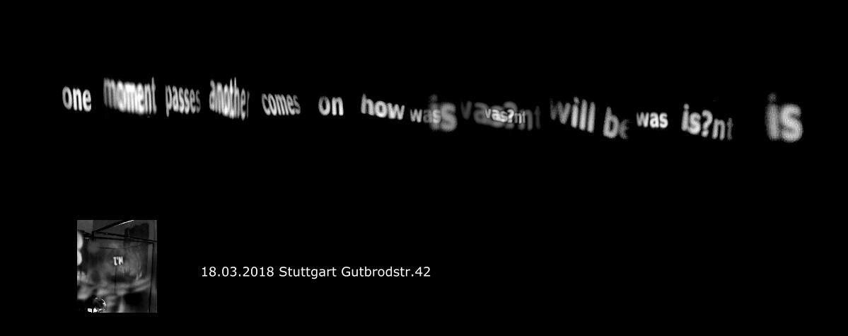 """ichtinstallation """"I am"""", mit einem Stuhl, sieben Steinen, Licht, Stille und dem Gedicht """"one moment passes"""" von Robert Lax."""