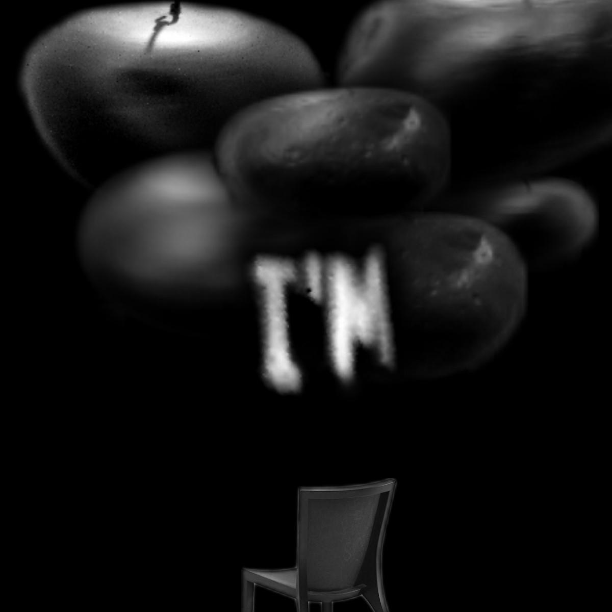 """Lichtinstallation """"I am"""", mit einem Stuhl, sieben Steinen, Licht, Stille und dem Gedicht """"one moment passes"""" von Robert Lax."""